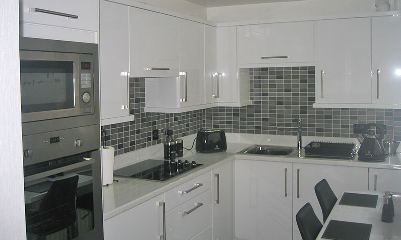 Worktop upstands Archives - Make Kitchens on black with white drawers, black with white kitchen floor, black with white doors,